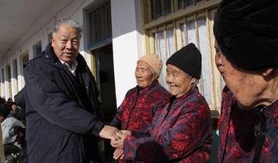 集团党支部书记倪忠仁与县电视台人员一起走访慰问柳山敬